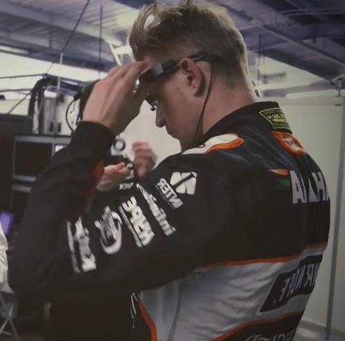 lenktynininas dedasi akinius