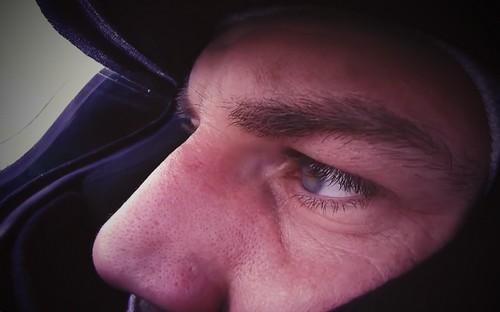 F-1 vairuotojas žiūri į veidrodėlį